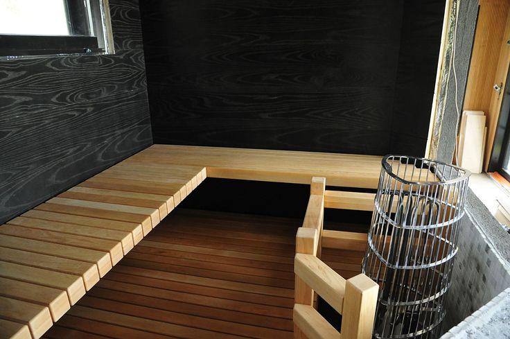 Moderni laude asiakkaan toiveiden mukaan toteutettuna. Laude on runkoineen alle 60mm paksu! #sauna #lauteet #erikoispuuparkkinen #saunabenches