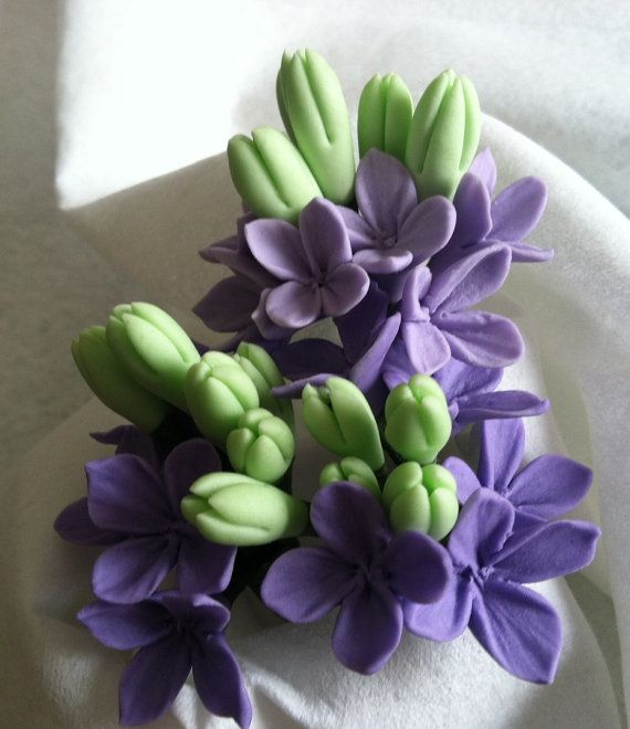 Lilac flowers and buds made out of gum paste. Beautiful and stunning filler flowers for your cake decorating purposes. These are hand made and hand formed....NO cutters were used to make the flowers and buds. Making each one unique. Check them out....pretty cool indeed.