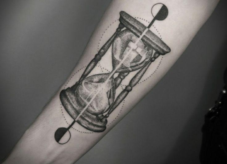 Tatuaje reloj de arena con el que dejar el tiempo parado en el momento de vuestra vida que queréis dejar grabado y recordar siempre.