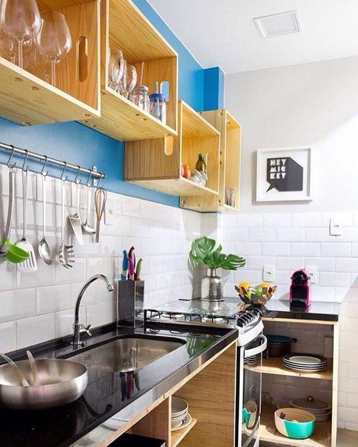 Caixotes de feira substituindo armários de cozinha. 👏🏼 #inspiracao #decor #decoration #decoracao #boatarde #cozinha #kitchen #homedesign #homedecor #caixote