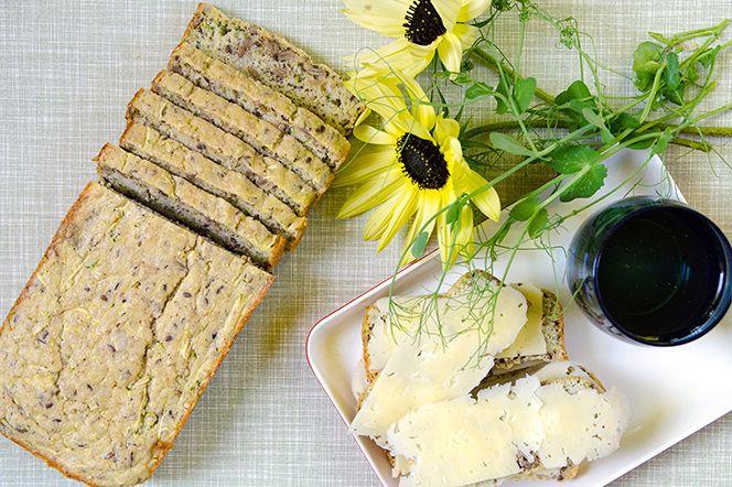 LCHF-bröd med zucchini. LCHF-bröd med zucchini  Ibland vill man av olika anledningar undvika kolhydrater men ändå njuta av en smörgås. Det här brödet bakas på ägg, mandelmjöl, zucchini och är kryddat med kummin. Kumminen ger en härlig smak av rustikt bröd och blommar verkligen ut i sin smak tillsammans med ett saltat smör och en fet ost.