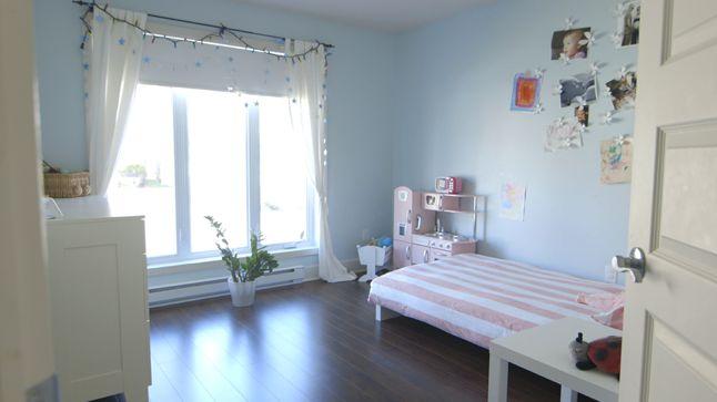 AVANT : Les couleurs de cette chambre n'étaient pas assez dynamiques pour le caractère pétillant de la petite fille de quatre ans qui l'habite.