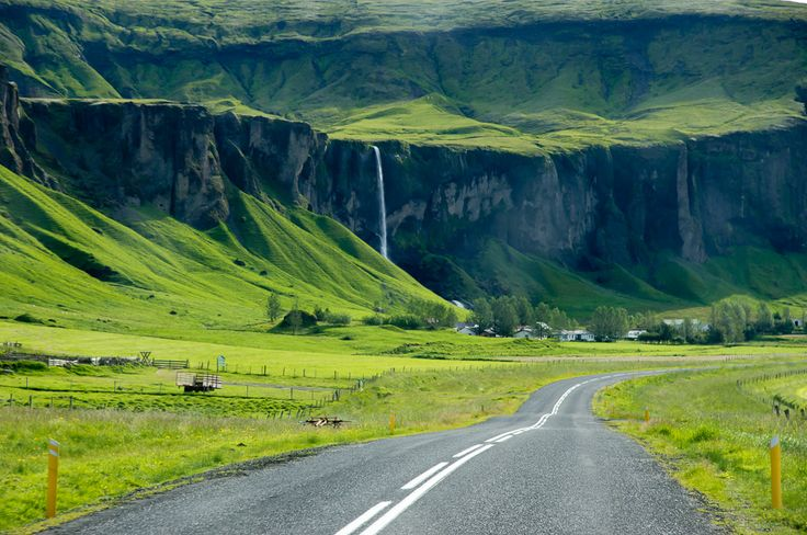 Az 1-es út az ország középső déli vidékén száz métert meghaladó sziklafalak mentén, a tengertől 5-20 km-re halad. Nem is olyan régen (földtörténeti léptékkel mérve) még ezeket a sziklákat csapdosták az Atlanti Óceán hullámai.