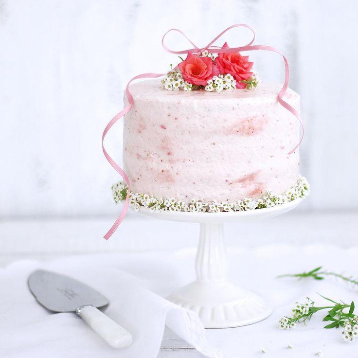 layered cake.  いちごピューレのレイヤーケーキ。 まわりに塗ったクリームにもピューレを入れてマーブル状にしています ♪