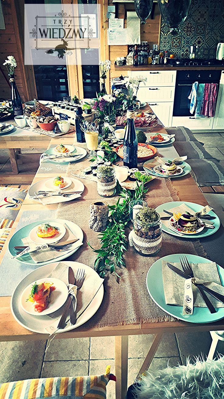 Rustykalne, naturalne, męskie, 60, urodziny.  Dekoracja w postaci zielonej girlandy z liści, biało - fioletowych bufetów w słoikach owiniętych ekologiczną wstążką, mech, szyszki. Dekoracja sztućców - wstążka z rowerami. Przystawka - gravlax,przekąski - wege sushi i pasty, swojska wędlina. /Rustic, fall, natural, wood, woodland, eco, birthday, man, party, 60th decorations, ideas, leaves, gerland, table, ribbon, bike,flowers, centerpieces, mason jar,place seat, food, gravlax, sushi, vege.