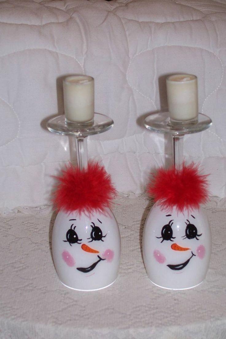 deux verres à vin peints blancs et décorés en tant que bonshommes de neige - une idée de déco Noël fait maison originale