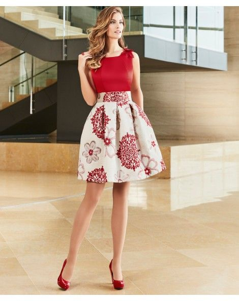Juvenil vestido de fiesta corto con falda de vuelo y blusa de raso. Disponible en tu tienda online de vestidos de fiesta. Fabricado en España