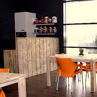 Oranje stoelen, houten tafels