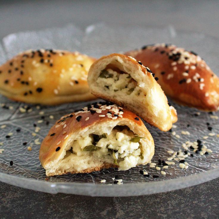 Har du været hos en tyrkisk bager, har du helt sikkert ikke kunne undgå at se Pogaca. Pogaca er en aflang bolle/brød med lækkert fyld i. Oftest kan man få dem med forskellig smag såsom oliven, kartofler eller fetaost. Min favorit er helt sikkert den med fetaost. Pogaca spises både til morgenmad eller til at …