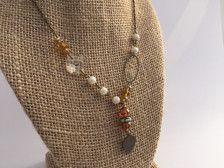 Collar de gota única con granos de oro y perlas con un cristal vintage rescatado de un candelabro antiguo pájaro moneda encanto.  Medidas 17