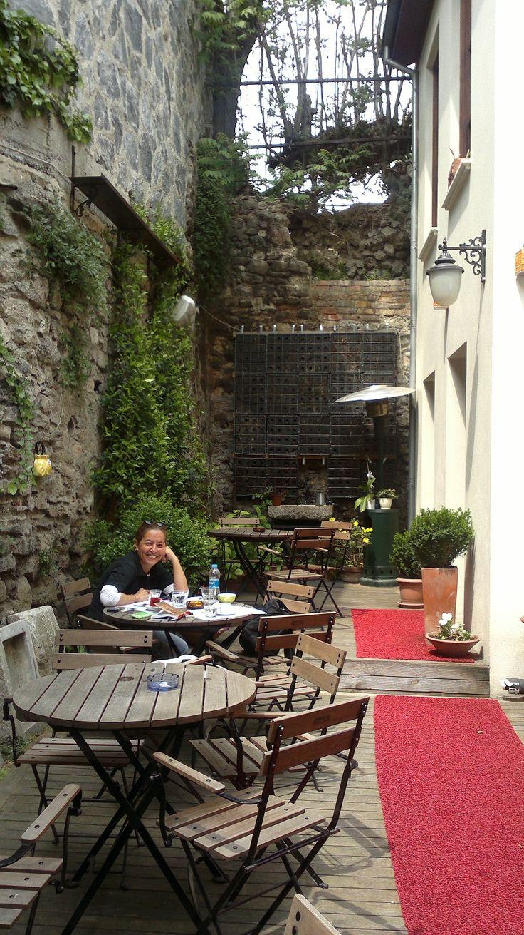 Vodina Coffee Shop  Old Istanbul  Esta terraza muestra la belleza de la historia, con los toques de cultura contemporanea.