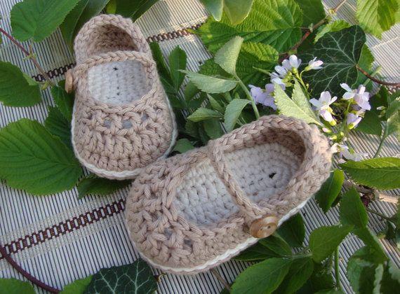 PRÊT POUR LEXPÉDITION- Chaussons pour bébé Sweet Mary Janes crochetés à la main de fil de coton. Ils sont très doux et confortable avec une semelle en double (à l'intérieur du café crème et à l'extérieur). Ces chaussons sera belles dans les pieds de votre bébé ! Ils peuvent faire un cadeau grand babyshower ! Chaussons vous sera livré avec une boîte-cadeau et étiquette. longueur semelle : 3,75- 9, 5cm - 3/6 mois. Ces chaussons peuvent être lavé à la machine. Sécher à l'air. Cet art...