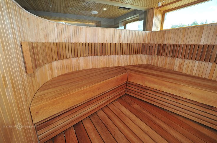 Kaarevaa seinää ja selkeäpiirteinen laude #sauna #lauteet #erikoispuuparkkinen #saunabenches