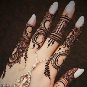 This modern arabic style mehndi design for the fingers will give your hands a fabulous look