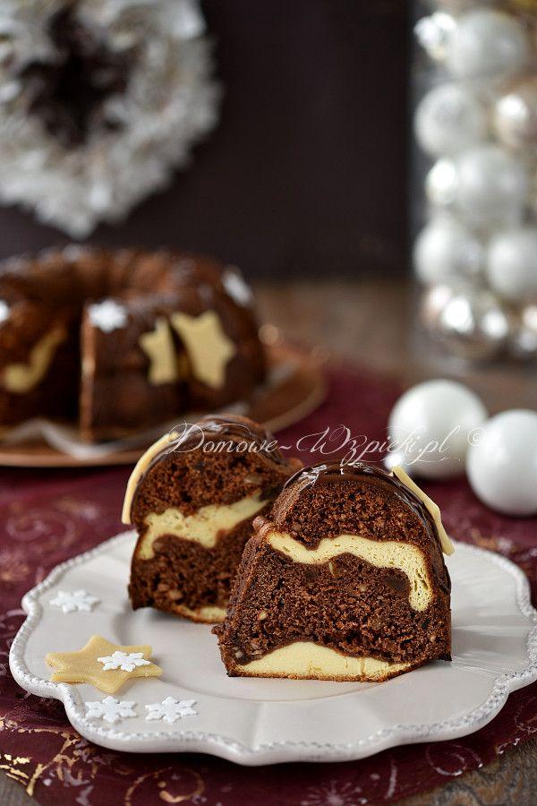 Piernik przekładany masą serową, upieczony w formie babki. Ciasto jest aromatyczne, miękkie, nie za suche, ale też nie bardzo wilgotne....
