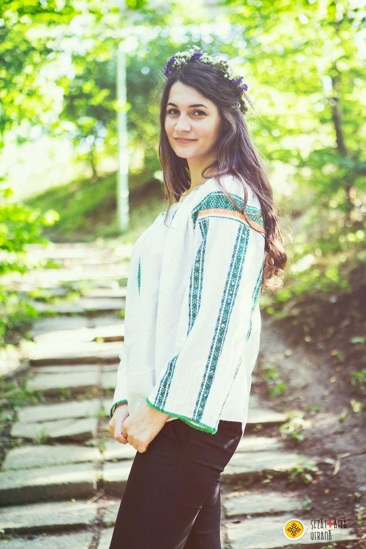 Andrea Crăciun, team member in the Șezătoarea Urbană Association, wearing the romanian blouse.  www.sezatoareaurbana.ro #romania #romanianblouse