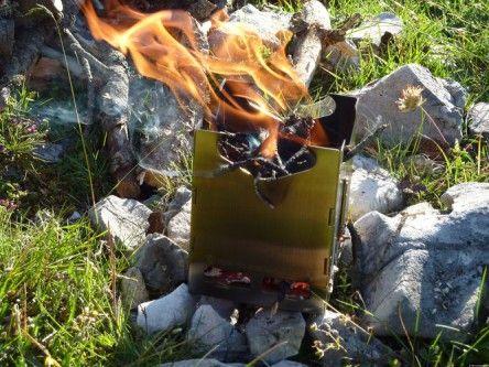 Le Kuenzi MF NG+. Réchaud bois pliant à simple paroi. Une fois replié il est très compact: seulement 8 mm d'épaisseur !  Le montage est simple et rapide. Il est facile à allumer et à recharger en bois. Le foyer est surélevé par une plaque perforée permettant de l'isoler du sol et d'augmenter son rendement.   Possibilité d'adapter un brûleur à gaz, un brûleur multicombustibles ou des granulés de bois (pellets) bois.