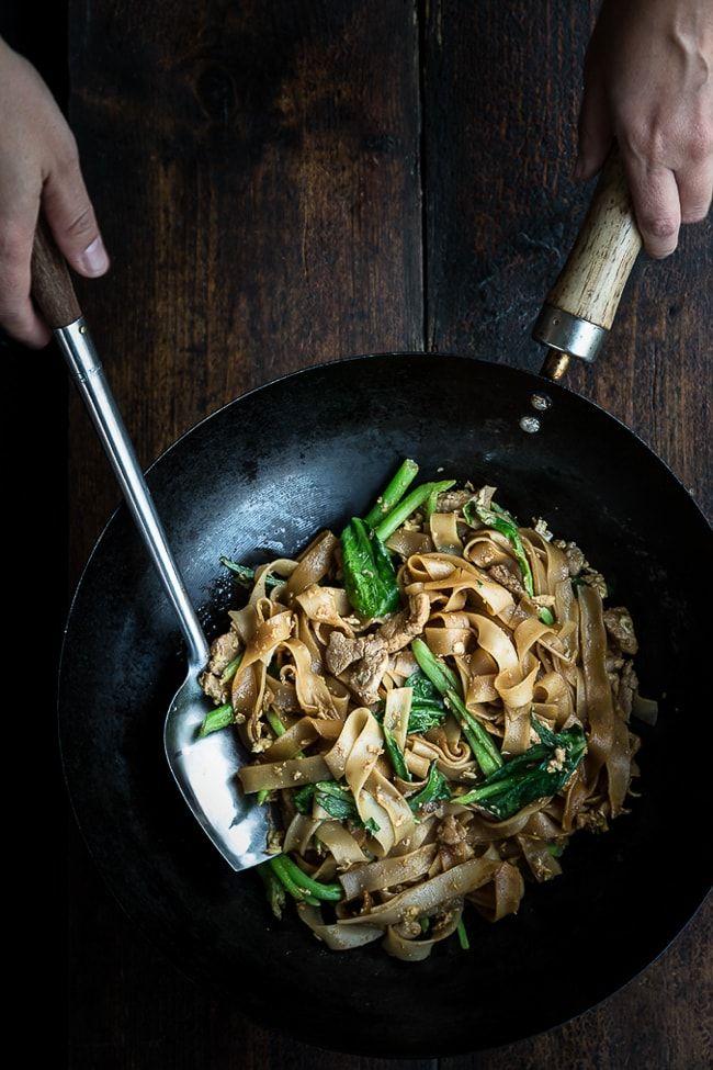 Hurtig og nem opskrift på stegte nudler, som er en klassiker fra det thailandske køkken. Retten minder lidt om pad thai, men er en del nemmere at lave.