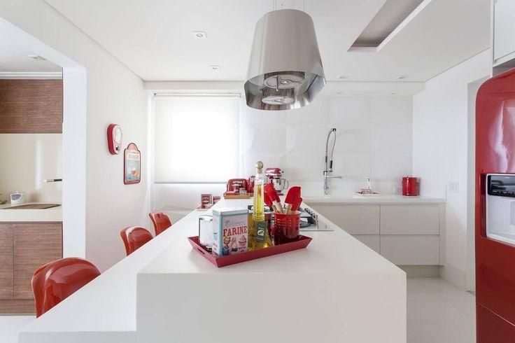 Armário de cozinha - Cozinhas Planejadas para Apartamentos Pequenos branco e vermelho mariana luccisano