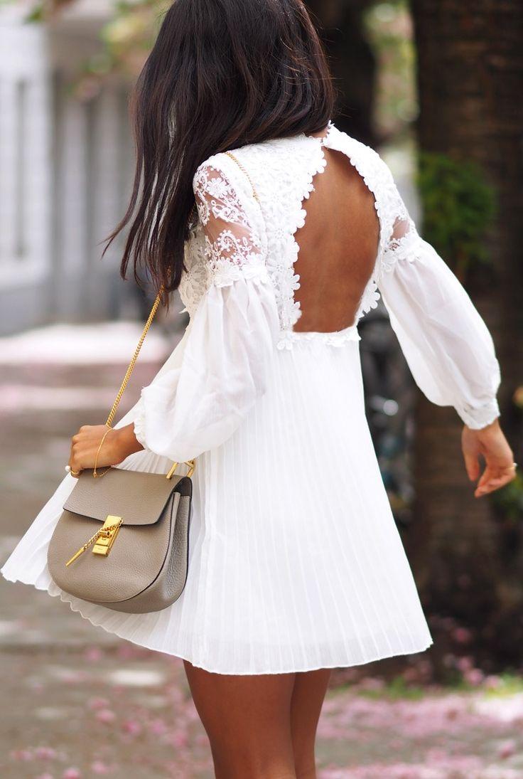 Rückenfreies weißes Kleid, einfach wunderschön