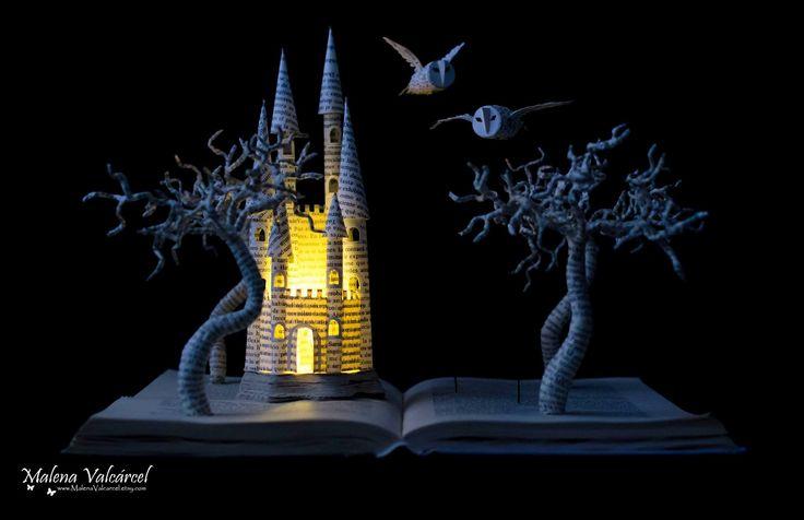 Малена Валкарсел (Malena Valcárcel) е автор на страхотни и изпипани до най-малкия детайл скулптури и бижута, направени от стари книги. Тя е родом от Тенерифе, но живее и твори в Аликанте, Испания.