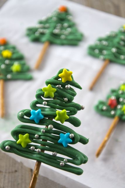 Wil je iets leuks maken voor kerst dat niet moeilijk is en waarvoor je niet langer dan 20 minuten in de keuken staat? Maak dan deze leuke kerstboompjes. Wat je nodig hebt zijn groene candy melts, p...: