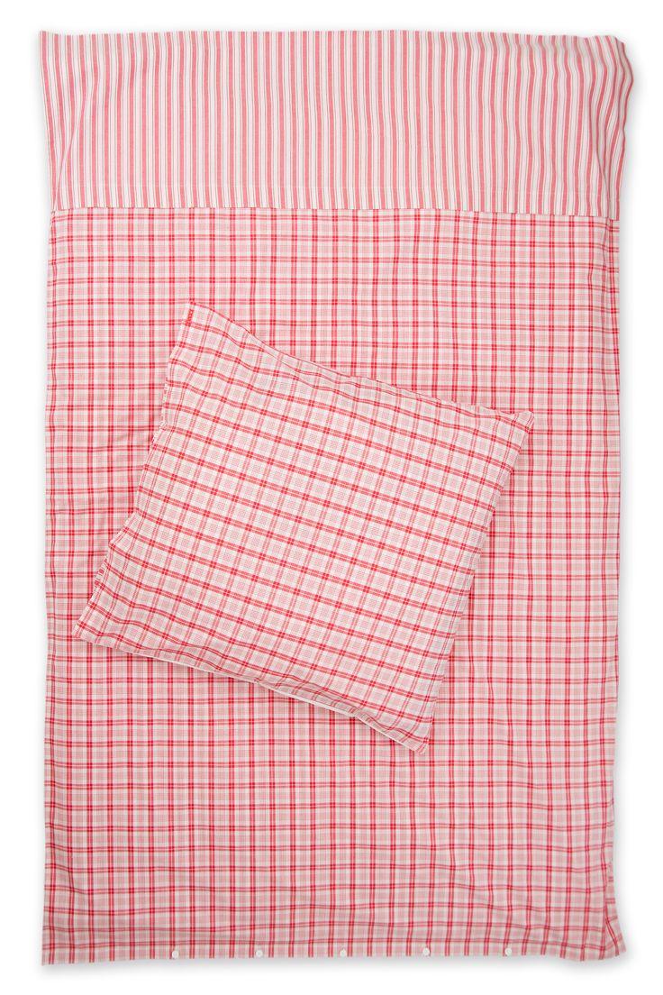 Karierte Bettwäsche rot weiß mit Streifen Weiß rot karierte Bettwäsche mit einem Streifen Umschlag.  Landhaus Bettwäsche rot weiß Schlafzimmer Einrichtung im Landhaus Stil.  karierte Bettwäsche in rot weiß mit einem hübschen Streifen-Umschlag.