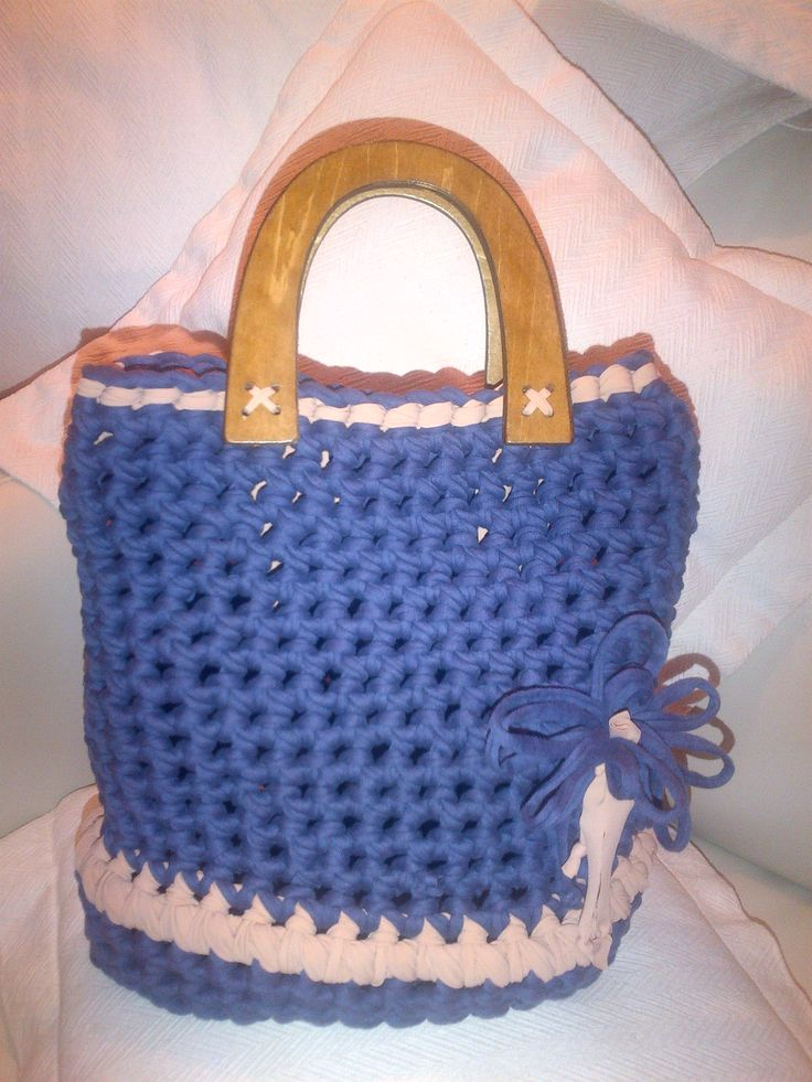 borsa a forma di secchiello con manici  in legno e fiocco laterale