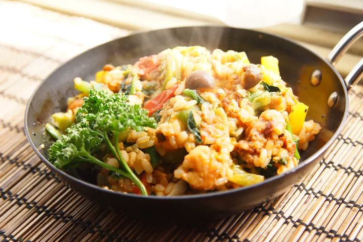 今日のお弁当    ・ごちゃまぜごはん    作り置きのグラタンとチリコンカンを冷凍するのに、微妙に余ったものでドリアみたいにできるかな?と思いましたが、適当にお野菜炒めて入れたらなんだか混ぜご飯みたいになりました(´∇`) 美味しかったけど、洋風チャーハン?リゾット?なんだろこれ 笑    お弁当だと画にならなさ... - Shinnosuke Tsunogae - Google+  #お昼ごはん #おひるごはん #lunch #ミニパン