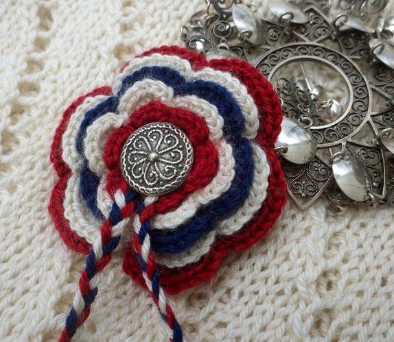 Heklet i alpakkasilk, tinnknapp og fletter. Smykkenål på baksida Fri frakt. -spøt, rød, hvit, blå, hvit, bunad, festdrakt, konfirmasjon, dåp, ...