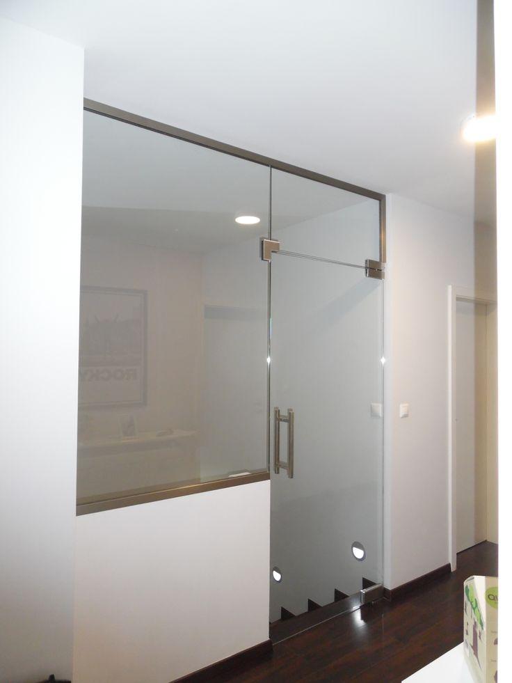 sklenené dvere pri schodisku