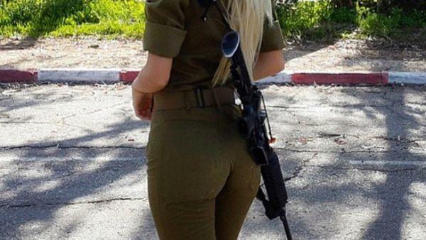 V Izraeli nie je pohľad na ženské vojačky ničím výnimočným, keďže pre všetkých židov je vojenská služba povinná, pokiaľ to dovoľuje ich fyzický a psychický stav.