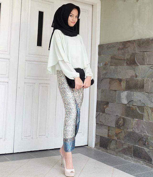 Blouse ashila (L-110) ft kain lilit (KA-448) Detail : Kain lilit : 100x170cm Blouse : ld 100cm Model : Bb : 47 kg Tb : 165cm + 13cm (heels) = 178 cm. Jadi blouse dan kain lilit abinaya bisa dipakai sama orang yang langsing dan tinggi, krn size abinaya all size jadi tidak perlu khawatir kegombrongan ya☺️