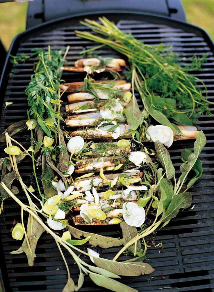 Le chef Alain Passard nous propose des coquillages cuits au grill et parfumés au persil, aneth et cerfeuil. Une recette originale à déguster en été.