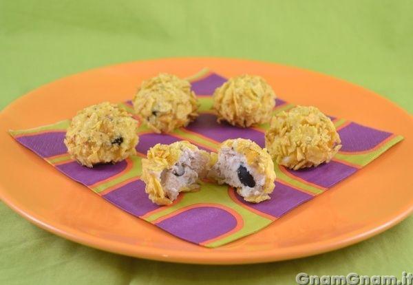 Polpette di pollo e funghi croccanti -  Dopo il petto di pollo farcito di qualche giorno fa, eccovi un'altra ricetta per rendere questo ingrediente un piatto davvero invitante e sfizioso: le polpette di pollo e funghi croccanti! Si tratta di una super ricetta di riciclo: avevo un pezzetto di pollo, dei funghi già cotti, un albume, del formaggio fresco aperto e [...]