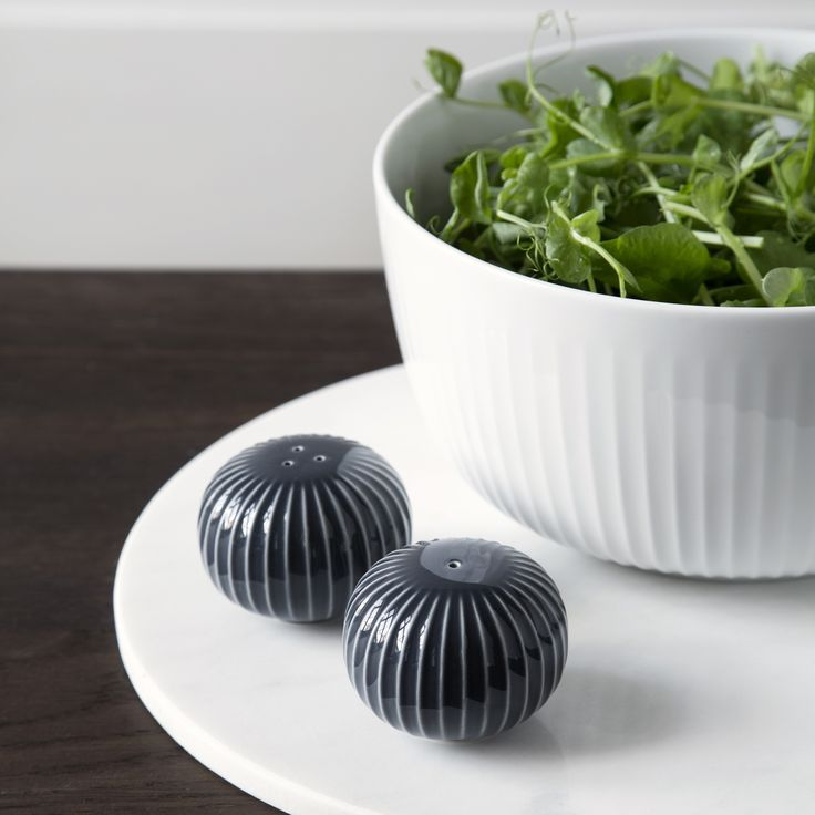 Use the bowl to serve a delicious salad, potatoes or fried vegetables or let it grace your table with fresh fruit. Mix the bowl with the rest of the Hammershøi range and set the perfect dinner table.