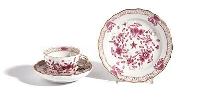 """KAFFESERVISE  Meissen """"Indische blumen"""" i rosa, med gullstaffering. 1900-tallet. 1. sortering. 10 kaffekopper (H: 6,5) med 12 underskåler (Diam: 14,4) 12 asjetter (Diam: 18) ANTALL 34"""