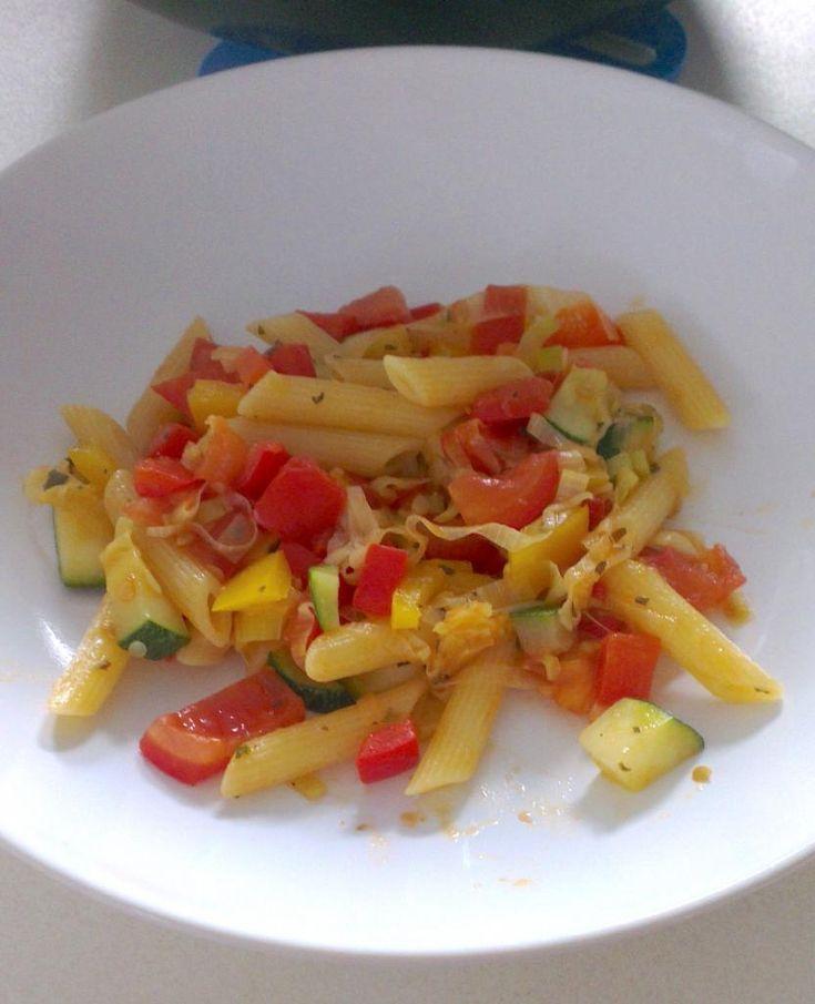 Vandaag hebben we een recept voor een gezond pastagerecht boordevol groenten. Dit recept is ingezonden door Gertiene. We vinden het super leuk als jullie ons jullie recepten sturen (met een foto)!Heb jij ook een lekker en simpel gerecht?Stuur je recept (met foto) dan naar info@lekkerensimpel.com of stuur je recepthierin. Recept voor 3-4 personen Tijd: 25-30 …
