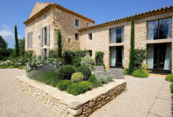 à Bonnieux, FR. In the Golden Triangle of Natural Park of Luberon (Provence), 17th century farm house recently renovated by renowned architect. The landscaped French gardens host a 18m-long heated swimming pool, an orchard, and a petanque (bowls) pitch. Once pas...