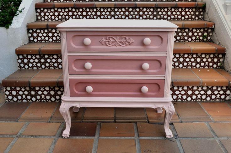 Mesita de noche pintada con Rosa antiguo y Massai de Autentico chalk paint. #chalkpaint http://pinturachalkpaint.com/vintage-chalk-paint/