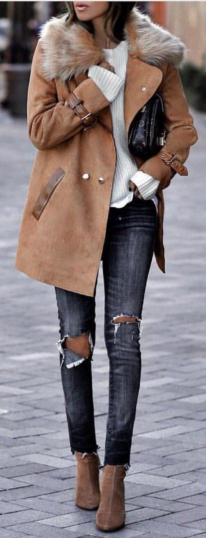 Jaqueta camel + blusa branca e apostar numas jeans estilosas
