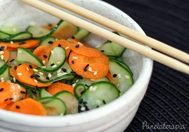 Sunomono -Saladinha bem agridoce servida de entrada nos restaurantes japoneses. Sunomono signignifica conserva, alimentos imersos no vinagre e na receita vai cenoura e pepino japonês. Você pode seguir as proporções indicadas, mas se ficar muito forte, ou muito doce, na próxima você adapta para o seu paladar modificando as quantidades.
