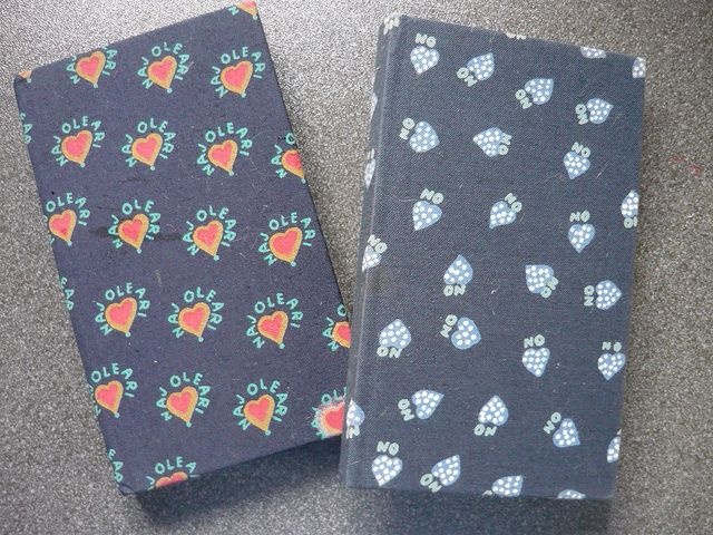 naj_oleari_agende_agendine_anni_80_90_ Naj-Oleari è un'azienda di abbigliamento italiana che, tra gli anni settanta e ottanta, ha acquisito fama in Italia e all'estero per gli originali tessuti fantasia utilizzati per realizzare non solo abiti, ma anche accessori per capelli (cerchiettie mollette), portafogli, borse, ombrelli.