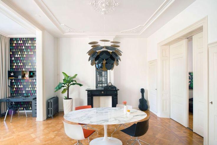 Deze traditionele stadsvilla kreeg een volledig nieuw, hedendaags interieur van IJzersterk interieurontwerp met de verlichting als aandachtstrekker. #woonkamer #modern #grafisch #verlichting
