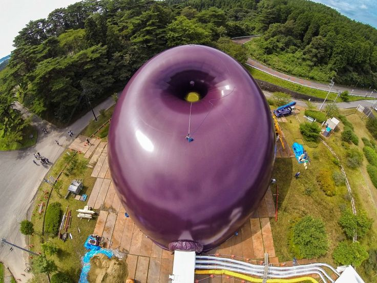 Si chiama Ark Nova quest'immensa palla gonfiabile che fungerà da sala concerti per le regioni nord-orientali del Giappone, devastate dal terremoto del 2011. La struttura, interamente ricoperta da poliestere, può essere facilmente sgonfiata, trasportata e rigonfiata.
