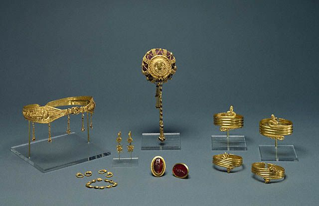 Ensemble of Jewelry (Getty Museum); gold, carnelian, and glass paste. Greek, Alexandria, Egypt, 220 - 100 B.C.