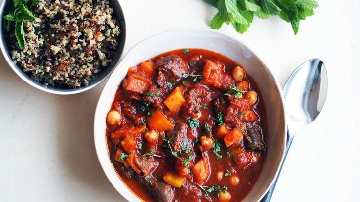 Dette er en marokkansk vri på den klassiske meksikanske chili con carnen. Med kikerter i steden for bønner, mer krydder som kanel og ingefær, masse sitron og rosiner. Jeg serverer gryten med urtequinoa med aprikos ved siden av som et glutenfritt alternativ til den mer autentiske couscousen.