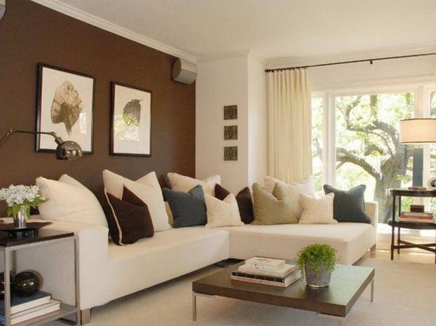 I complementi d'arredo richiamano il colore marrone della parete