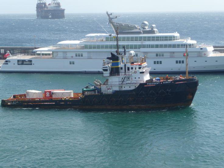 URS President Hubert in Ponta Delgada 29 maart 2014. Op de achtergrond ligt het kraanschip Thialf van Heerema voor anker.