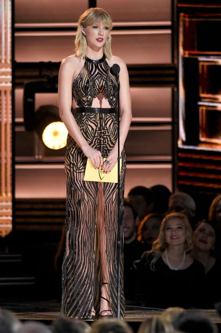 Taylor Swift looked like an Art Deco dream at the CMA Awards and it's giving us Gatsby feels